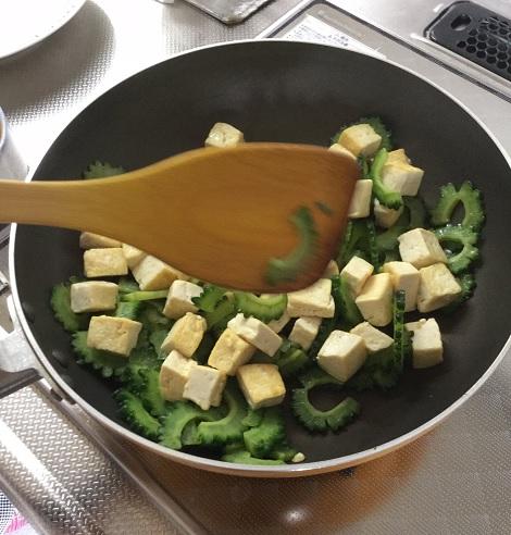 ゴーヤチャンプル ゴーヤと豚肉と木綿豆腐を炒める.jpg