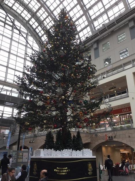 サッポロファクトリー アトリウム ジャンボクリスマスツリー 昼間.jpg