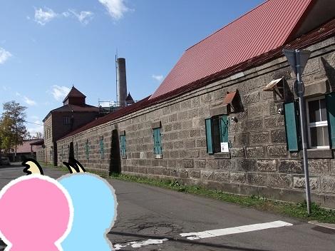 ニッカウヰスキー北海道工場余市蒸溜所に到着したピヨめぐモカ.jpg