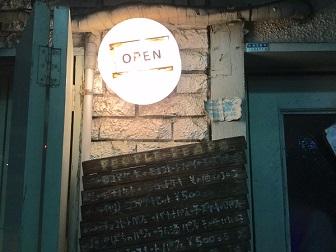 ピープルピープ 入口 OPENの外灯.jpg